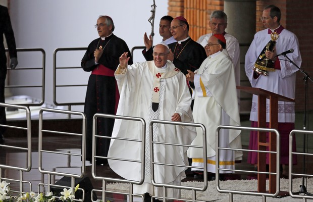 "Após a missa, Francisco discursa na Tribuna Bento XVI. ""Volto em 2017"", disse ele aos fiéis (Foto: AP Photo/Enric Marti)"