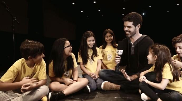 O repórter Daniel Perondi conversa com a criançada animada que são verdadeiros fãs dos The Beatles (Foto: reprodução EPTV)