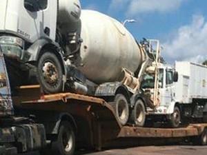 Carreta quebrada na Estrada do Coco afeta tráfego na Estrada do Coco e na Av. Paralela (Foto: Ascom Settop)