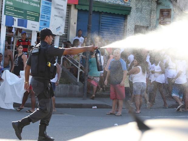 Protesto de amigos e parentes do menino Eduardo na Estrada do Itararé, no Complexo do Alemão, acabou em confronto da PM com moradores. Policiais usaram bombas de gás e spray de pimenta para dispersar os manifestantes (Foto:  Guilherme Pinto/Extra/Agência Globo)
