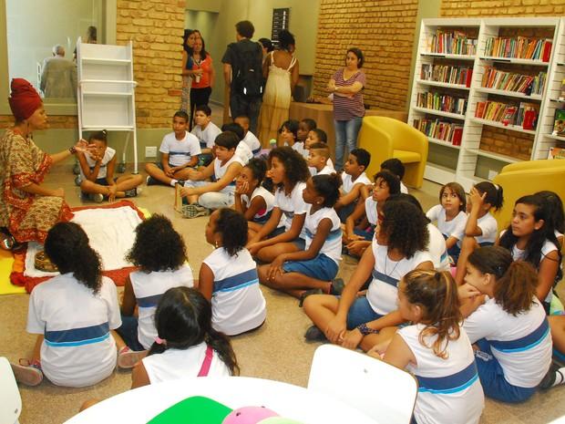 Crianças de escola pública foram à inauguração da Biblioteca do Amanhã no Rio Comprido nesta terça (Foto: Divulgação / Secretaria Municipal de Cultura)