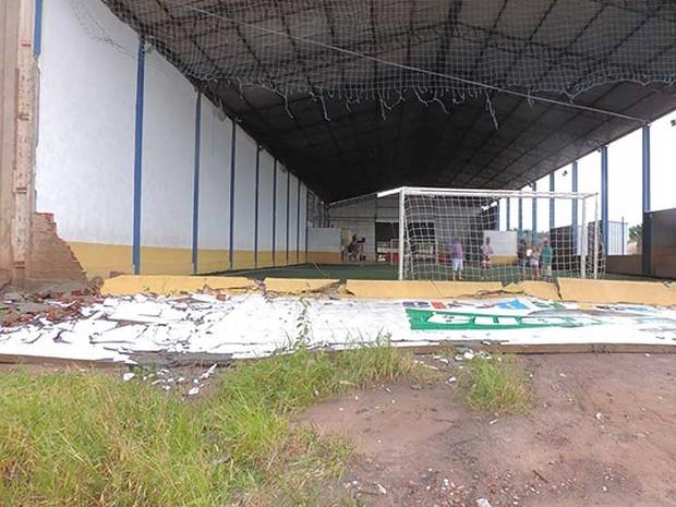 Muro de ginásio também caiu com chuva em Luís Eduardo Magalhães, no oeste da Bahia (Foto: Edivaldo Braga/Blogbraga)