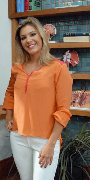 Flávia Freire no cenário do programa Bem Estar; jornalista cobre licença-maternidade de Mariana Ferrão (Foto: Zé Paulo Cardeal/Globo)
