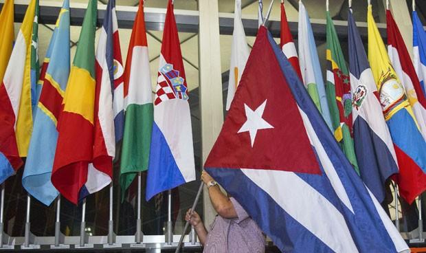 Bandeira cubana é colocada entre as bandeiras da Croácia e de Chipre no Departamento de Estado dos EUA nesta segunda-feira (20), dia em que Cuba e EUA reabriram suas embaixadas após décadas (Foto: Paul J. Richards/AFP)