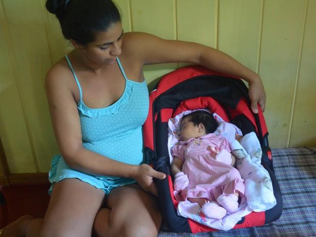 Enxoval comprado em Rio Branco não chegou a tempo para o nascimento da pequena Maria em Cruzeiro do Sul  (Foto: Anny Barbosa/G1)