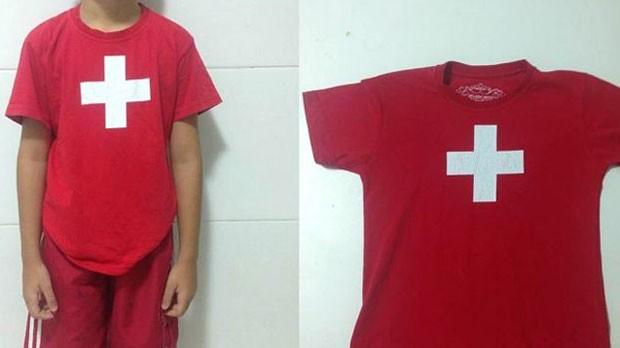 Menino de 8 anos foi hostilizado na escola de inglês ao usar camiseta com bandeira da Suíça (Foto: Arquivo pessoal)