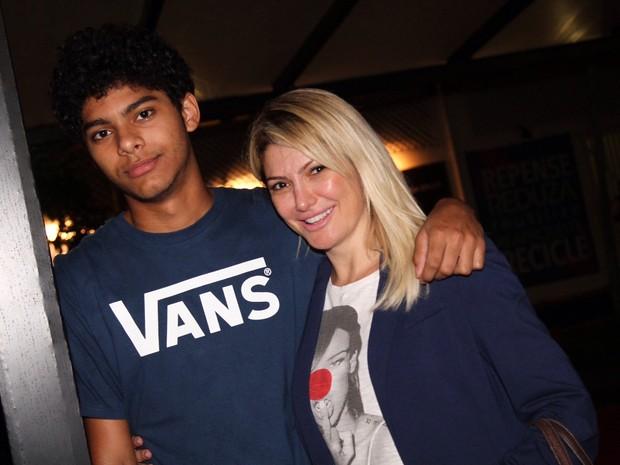 Antônia Fontenelle e o filho, Samuel, em estreia de peça na Zona Sul do Rio (Foto: Anderson Borde/ Ag. News)