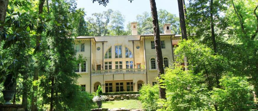 Acima, a mansão gigantesca adquirida por Vin Diesel em Atlanta no ano passado - bem diferente de sua primeira casa (Foto: Reprodução)