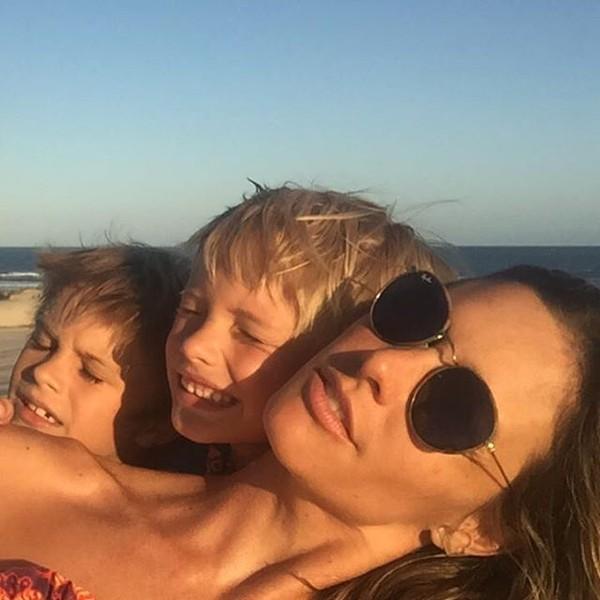 Fernanda Lima posta foto curtindo praia com os filhos
