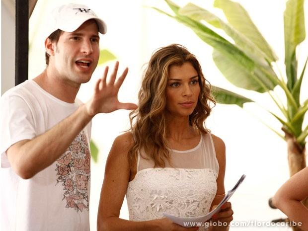 GRazi segue as orientações do diretor Thiago Teitelroit (Foto: Flor do Caribe / TV Globo)