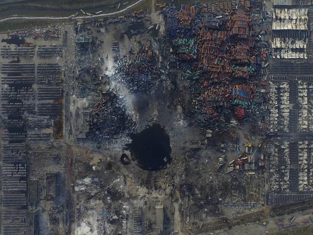 Imagem aérea mostra 'lagoa' em cratera no meio da destruição causada pelas explosões no porto de Binhai, na China. A tragédia deixou dezenas de mortos, 700 feridos e fez com que milhares deixassem suas casas nas cercanias devido ao risco tóxico (Foto: Reuters/Stringer)