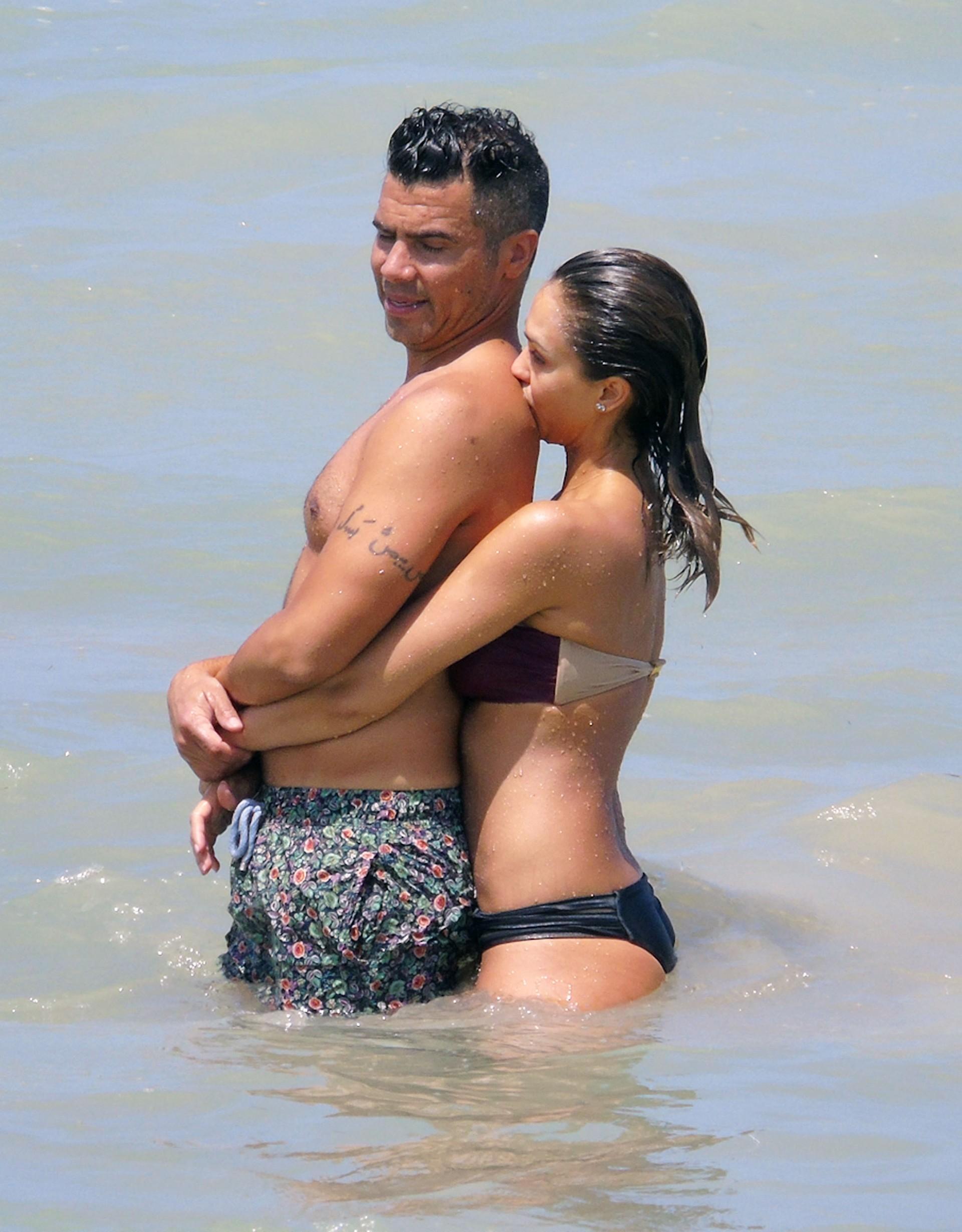 Jessica Alba é só chamego com o marido em dia de praia no México