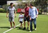 Kaká, Raí e Júlio Baptista visitam CT do São Paulo, apoiam Ceni e batem bola