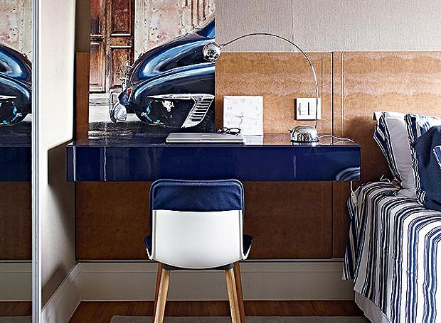 Esta escrivaninha, que fica ao lado da cama no quarto do fotógrafo Lufe Gomes, tem luminária direcionada para a área de trabalho! Projeto do arquiteto Nelson Kabarite (Foto: Victor Affaro/Editora Globo)