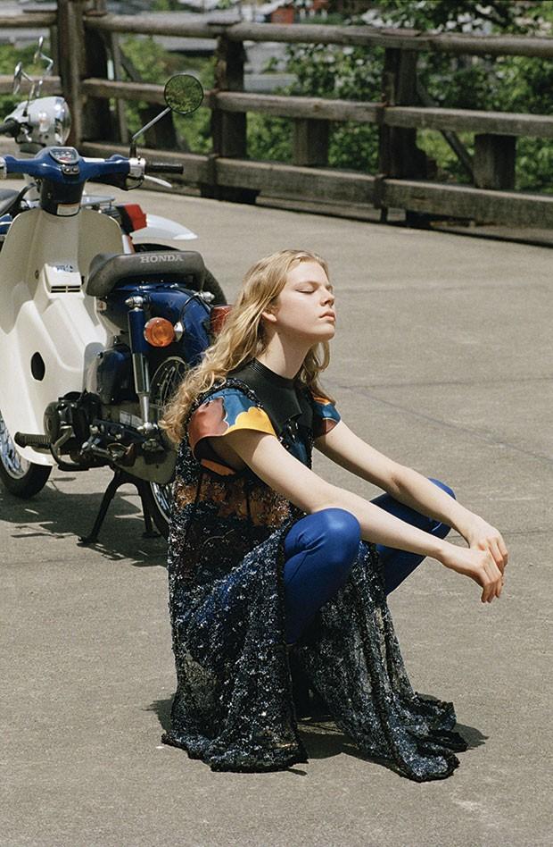 Vestido bordado com cristais sobre blusa de seda e couro. Calça jeans emborrachada. Botas de couro (Foto: Henrik Purienne)