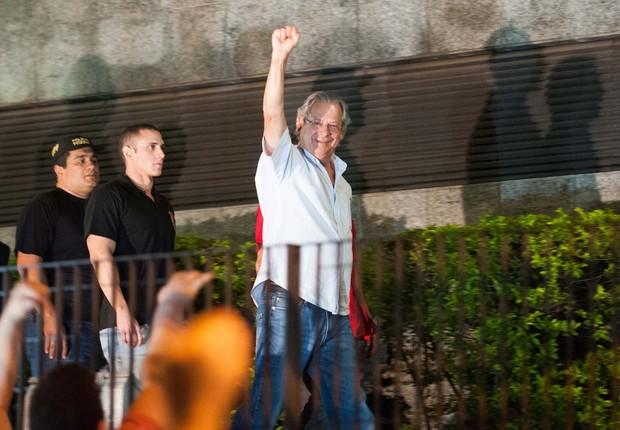 José Dirceu ergue o punho saudando militantes que o apoiavam na entrada da Superintendência da Polícia Federal em São Paulo (Foto: Adriano Lima / Brazil Photo Press / Agêcia O Globo)