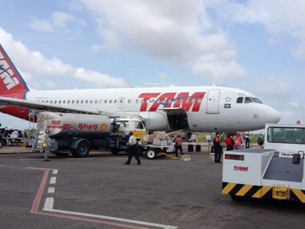 Caminhão atingiu avião que havia acabado de pousar em Imperatriz (Foto: Colaboração/Jules Jesus Ayoub)