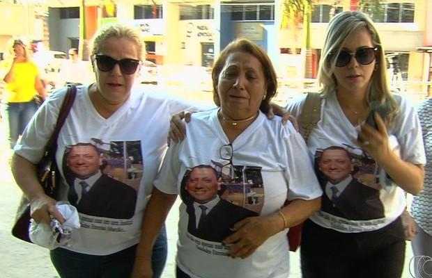 Família do agente prisional morto em latrocínio chegou ao forum muito emocionada, em Goiânia, Goiás (Foto: Reprodução/TV Anhanguera)