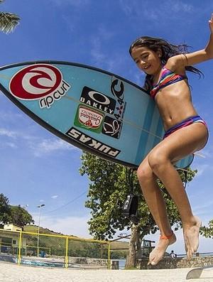 Irmã de 9 anos de Gabriel Medina, Sophia Medina segue os passos do irmão no surfe (Foto: Carol Fontes)