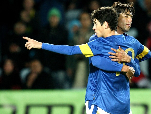 Oscar e Kaká comemoram gol do Brasil contra o Iraque (Foto: Mowa Press)