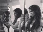 Bruna Marquezine posa em frente ao espelho