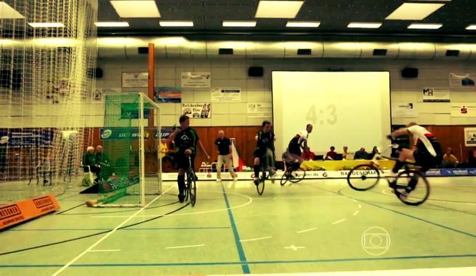 Radball é o futebol jogado em cima de bicicletas (Foto: Reprodução TV Globo)