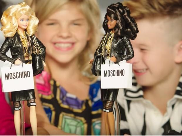 Anúncio de boneca Barbie mostra menino brincando (Foto: Reprodução/YouTube)