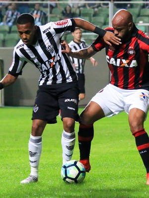 Atlético-MG x Atlético-PR Robinho Thiago Heleno (Foto: Agência estado)