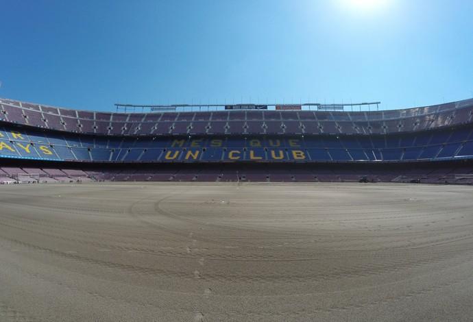 Camp Nou troca de gramado (Foto: Ivan Raupp)