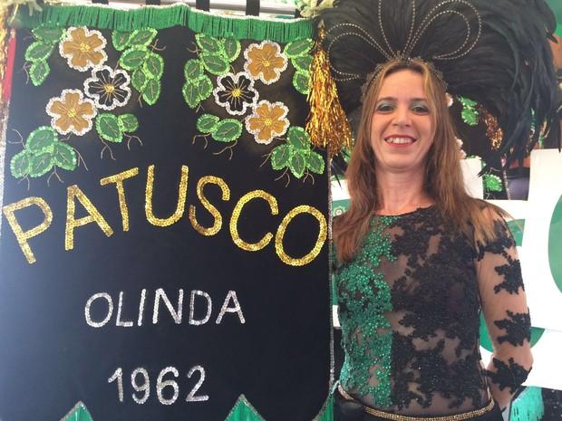 Artista plástica Zoraya Guimarães, 50 anos, é porta-estandarte do Patusco (Foto: Thays Estarque / G1)