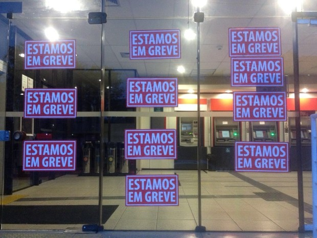 Agências amanheceram fechadas em Curitiba nesta terça-feira (6)  (Foto: João Salgado/RPC)