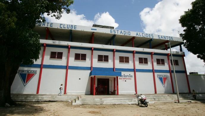 Entrada do Estádio Alcides Santos no Pici (Foto: Thiago Gaspar/Agência Diário)