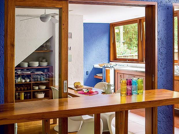 Cozinha | Funcional, tem apenas um armário sob a escada, uma pequena mesa para refeições, janelas basculantes e balcão virado para o living (Foto: Edu Castello/Casa e Jardim)