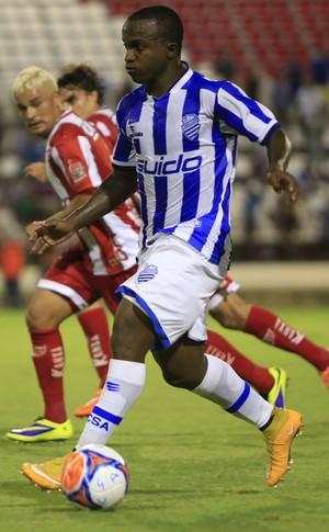 Olívio tenta acompanhar Marcos Antônio (Foto: Ailton Cruz/Gazeta de Alagoas)