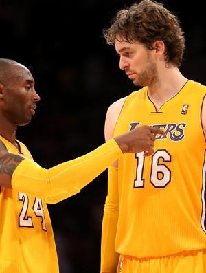 Kobe Bryant ao lado do companheiro Pau Gasol na partida contra o Sacramento Kings, no último sábado (Foto: Getty Images)