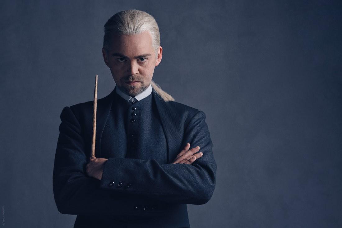 Alex Price vive Draco Malfoy (Foto: Divulgação)