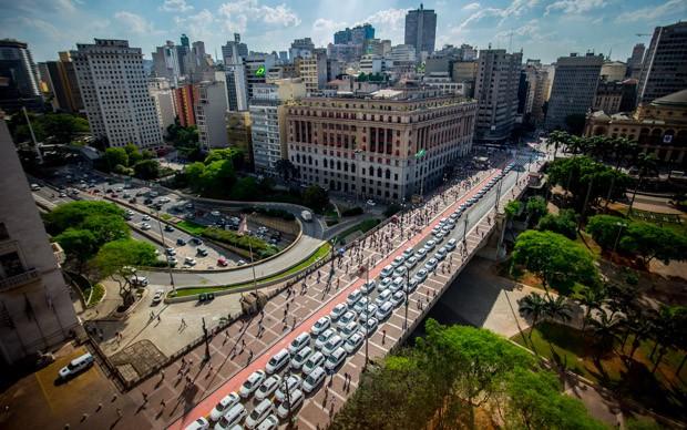 Taxistas estacionados no Viaduto do Chá, onde fica a Prefeitura de São Paulo (Foto: Cris Faga/Fox Press Photo/Estadão Conteúdo)