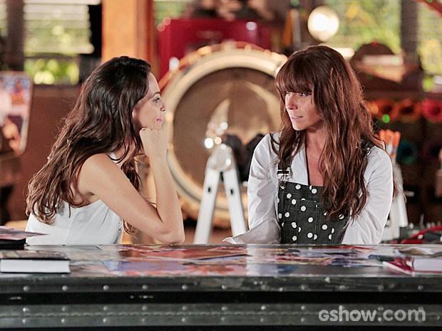 Clara fica surpresa com o convite de Marina (Foto: Felipe Monteiro/TV Globo)
