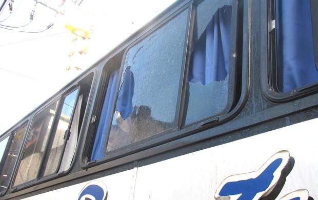 Ônibus apedrejado em Criciúma (Foto: Cahê Mota)