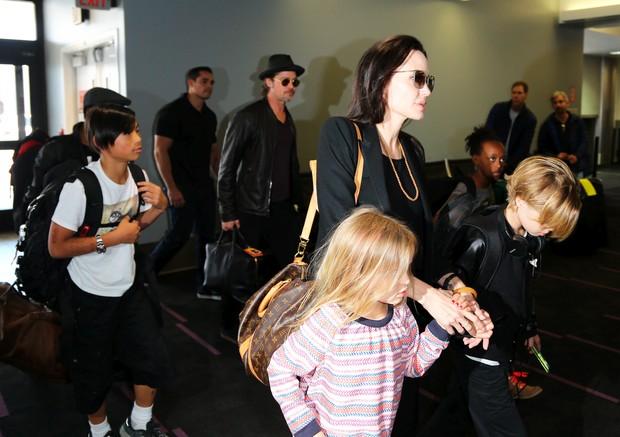 Angelina Jolie e o marido, Brad Pitt, viajam com os filhos Pax, Maddox, Vivienne, Zahar, Knox e Shiloh  (Foto: X-17)