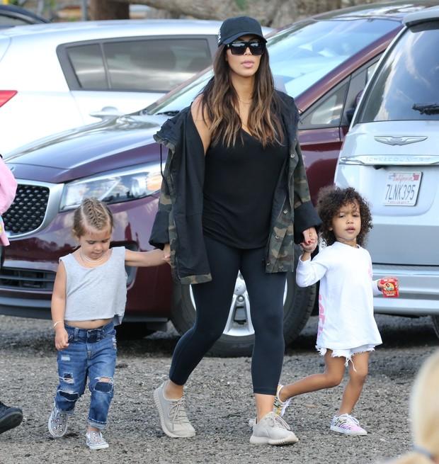 X17 - Kim Kardashian West com Penelope e North West em Los Angeles, nos Estados Unidos (Foto: X17online/ Agência)