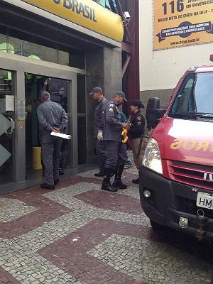 Cliente presa agência bancária JF (Foto: Reprodução/ TV Integração)