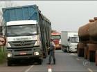 Caminhoneiro fica ferido em acidente envolvendo três caminhões