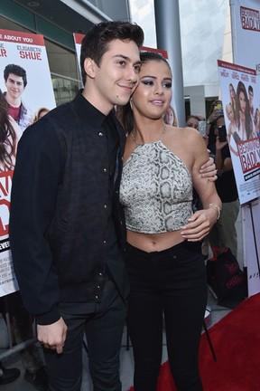 Nat Wolff  e Selena Gomez em première de filme em Los Angeles, nos Estados Unidos (Foto: Alberto E. Rodriguez/ Getty Images/ AFP)