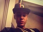 Justin Bieber posa com cordões de ouro