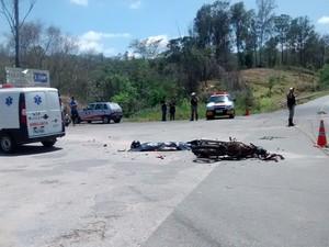 Condutor da moto morreu no local  (Foto: Patrícia Belo / G1)