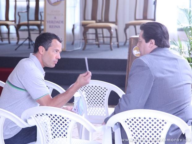 Bruno leva as fotos de Félix para Efigênio reconhecer o vilão (Foto: Amor à Vida / TV Globo)