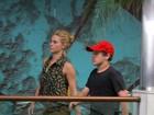 Carolina Dieckmann passeia com o filho Davi em shopping do Rio
