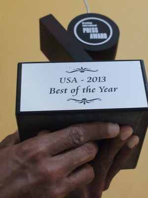 Nas mãos, o Press Awards conquistado com muito suor. (Foto: Davidson Fortunato/GE)
