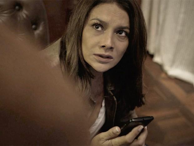 Rosa encontra mensagem no celular de Bruno (Foto: O Rebu / TV Globo)